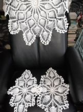 GENUINE VINTAGE WHITE COTTON HAND VERY ORNATE CROCHET TABLECLOTH & 2 PROTECTORS